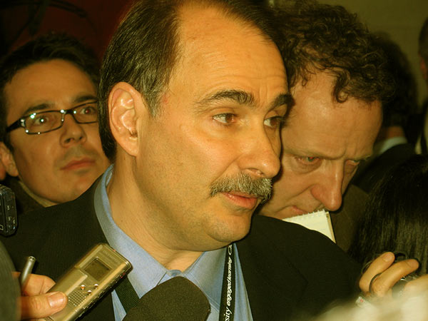 "Image of Axelrod talking to reporters in the ""spin room"" after the Cleveland Democratic debate in February 2008"
